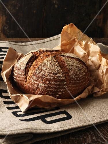 Brotlaib auf einer Papiertüte