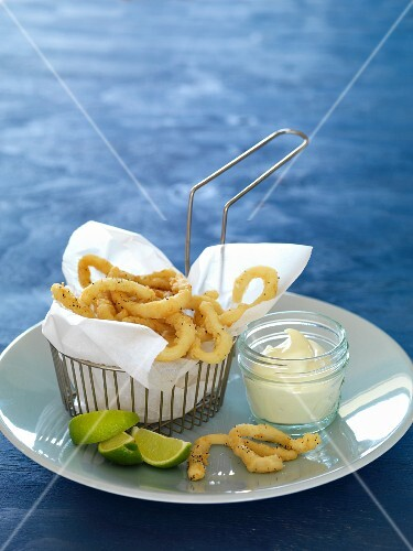 Deep-fried squid rings with aioli