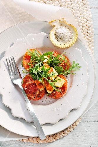 Caramelised tomatoes with goat's cheese and wild rocket