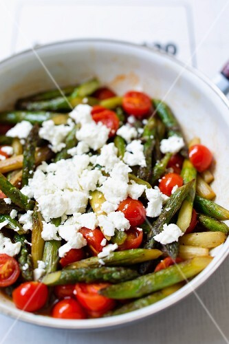 Green asparagus with cherry tomatoes and sheep's cheese