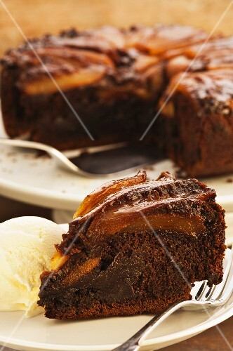 Spiced pear cake with ice cream