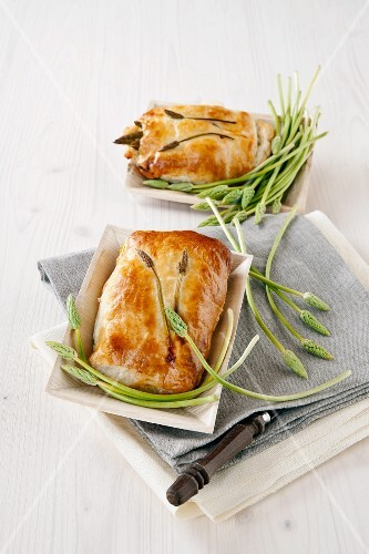 Puff pastry pockets filled with wild asparagus, mozzarella and ham
