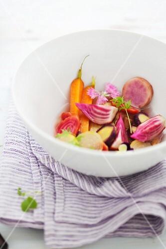 Buntes Gemüse in einer Schale