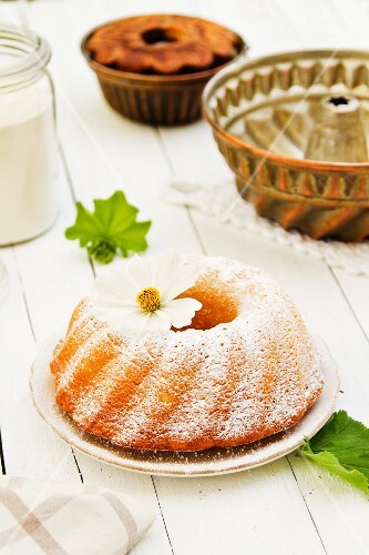 A Bundt cake dusted with icing sugar