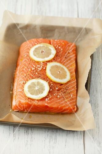 Salmon fillet with salt, pepper and lemon slices