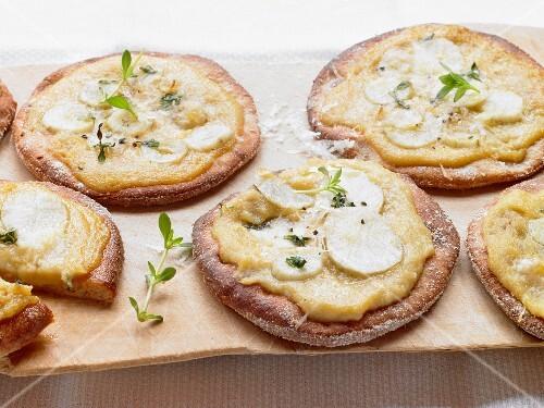 Mini pizzas topped with Jerusalem artichokes and Jerusalem artichoke puree