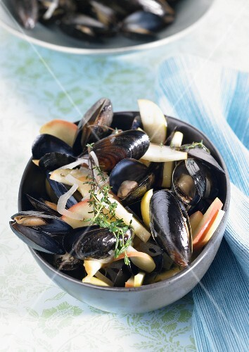 Mussels in broth with apple slices and thyme