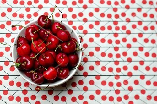 Rote Kirschen in einer Schale von oben