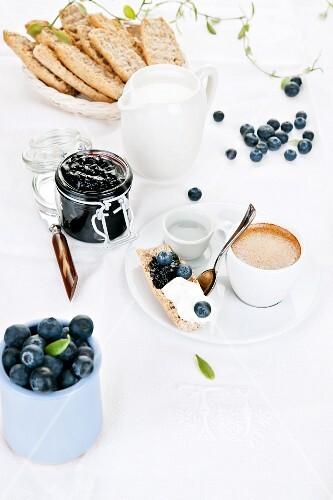 Crisp rolls with blueberry jam, quark cream and espresso