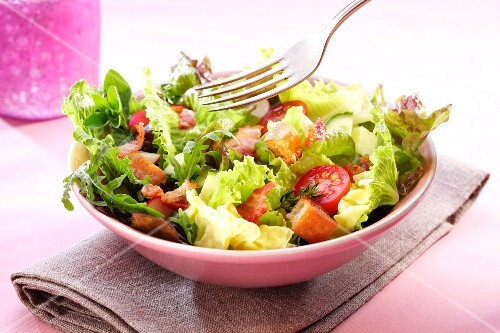 Mixed leaf salad with bacon, tomatoes and croutons