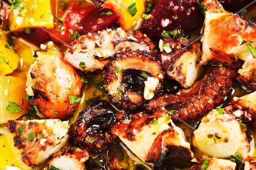 Gegrillter Oktopus mit Gemüse in Oreganosauce