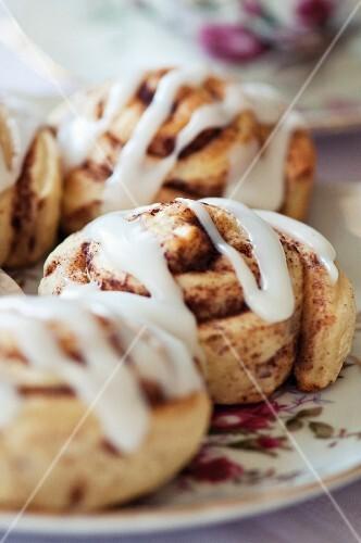 Cinnamon rolls with icing sugar