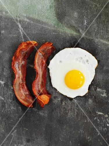 Spiegelei und Bacon (Draufsicht)