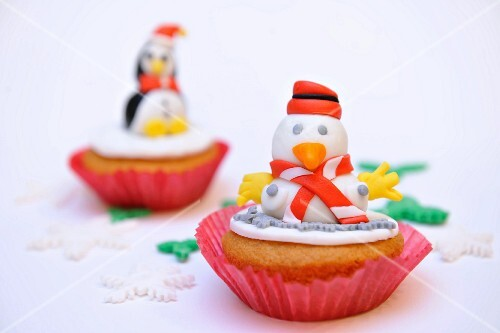 Cupcakes decorated with penguin fingurines