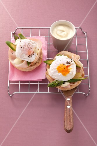 Poached eggs with turkey ham on toast
