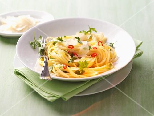 Spaghetti Aglio Olio mit Parmesan und Chiliringen