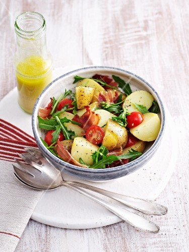 Potato salad with tomatoes, bacon and rocket