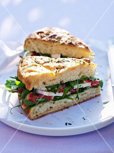A sandwich of figs, mozzarella and rocket