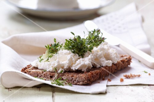 Wholemeal bread with quark and cress