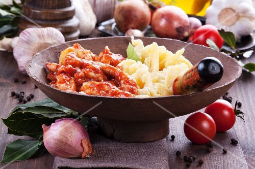 Tomato and chicken fricassee with pasta