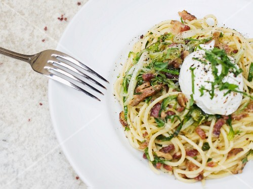 Spaghetti carbonara with a poached egg and herbs