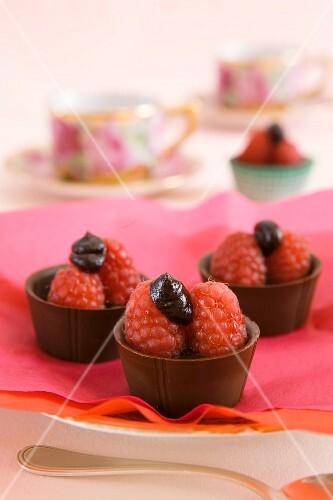 Mini chocolate bowls with raspberries and ganache