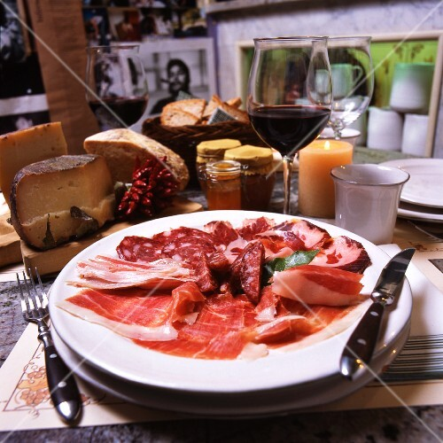 Piatto di salumi (an appetizer platter of salami and raw ham)