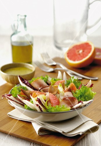 Mixed leaf salad with grapefruit and smoked fish