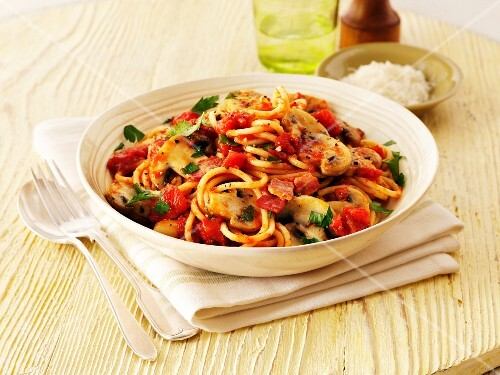 Spaghetti with tomatoes, bacon and mushrooms