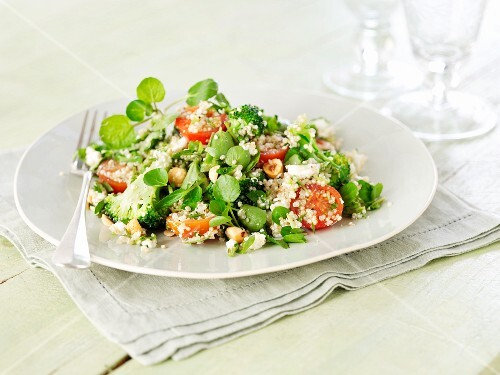 Quinoa salad with tomatoes and bittercress
