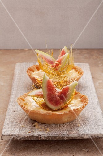 Two small tartlets with figs