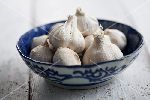 Garlic bulbs in an Oriental bowl