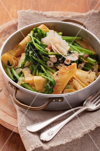 Wilder Brokkoli mit Nudeln, Haselnüssen und Parmesan in einem Topf