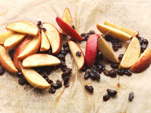 Apple and raisins with honey (strudel filling)
