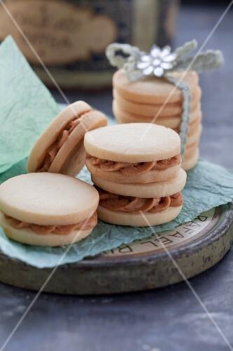 Caramel cream biscuits