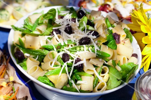 Pasta salad with olives and mange tout