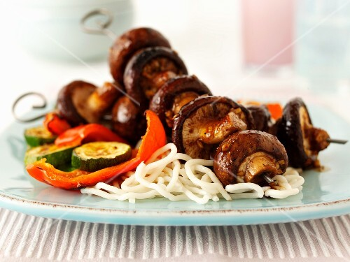 Spicy mushrooms kebabs with pasta and vegetables