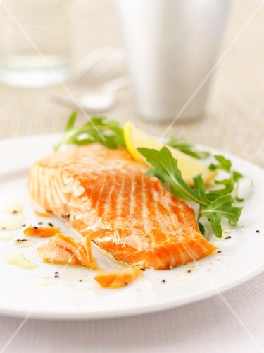 Salmon fillet with rocket