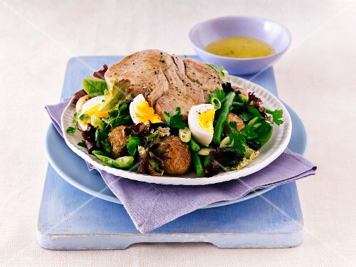 Salade niçoise with a tuna steak