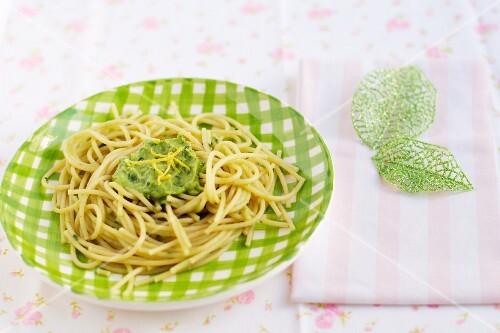 Spaghetti with avocado and spinach cream