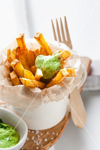 Chips with green mayonnaise