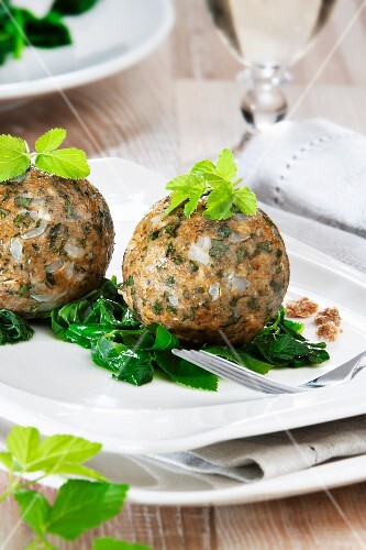Bread dumplings with ground-elder