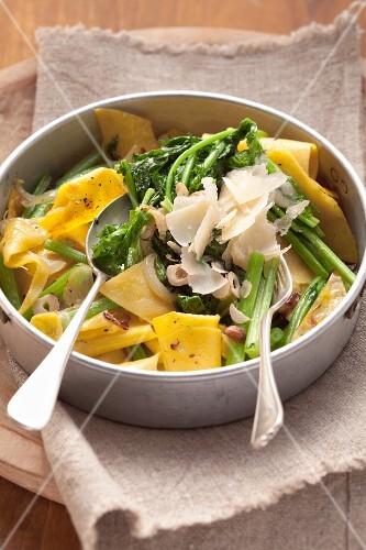 Nudeln mit wildem Brokkoli, Haselnüssen & Parmesan