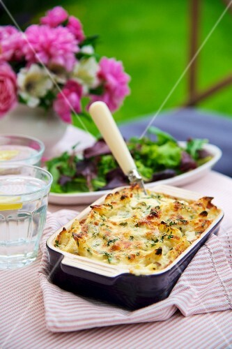 Penne with ham and cheese, baked in the oven