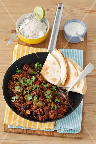 Chilli con carne with tortillas and rice