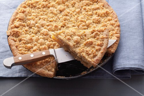 Apple purée cake with nut crumble