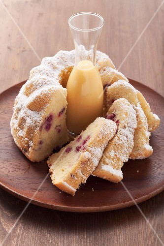 Cranberry ring cake with advocaat