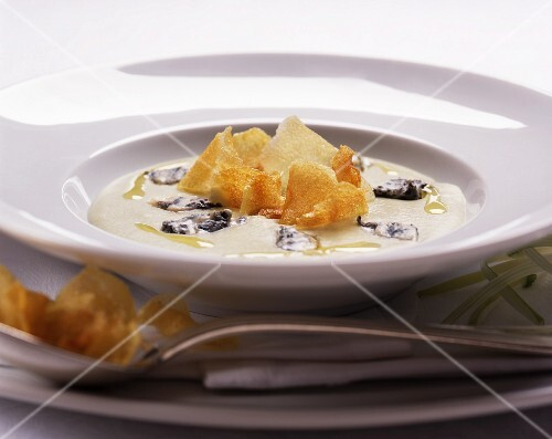 Vellutata di cardi (cream of teasel soup with crispy Jerusalem artichoke slices)