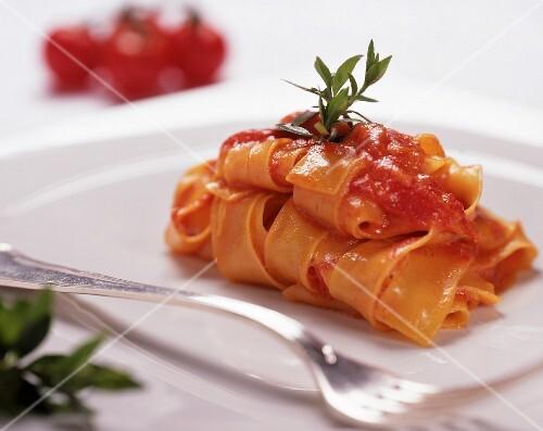 Tagliatelle al pomodoro (ribbon pasta with tomato sauce)