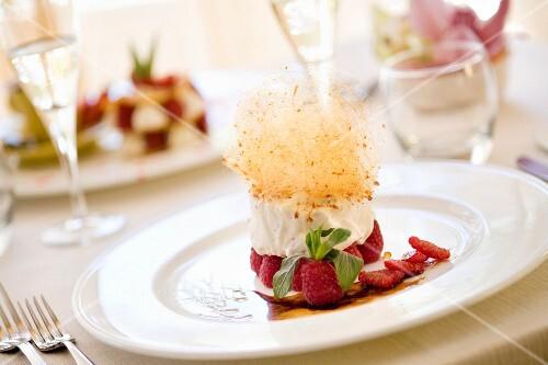 Biancomangiare lamponi e zucchero filato (milk pudding with raspberries and spun sugar)
